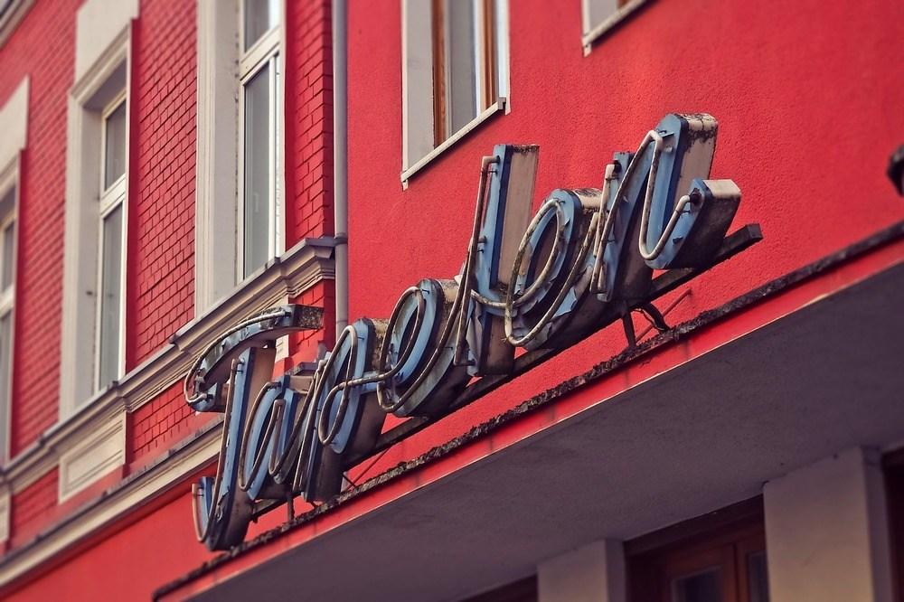 Gør opmærksom på din butik med facadeskilte i København