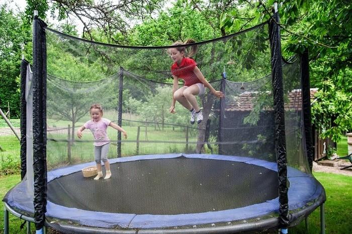 Underholdning og motion for børn med en have trampolin